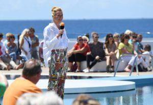 Moderatorin Andrea Kiewel fühlt sich auf einer der Inseln des ewigen Frühlings sichtlich wohl. Copyright ZDF/ZDF Sascha Baumann